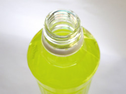 ペットボトルに水を注ぐ
